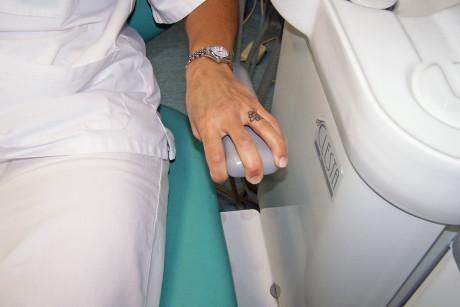 1. Le mani contratte o che stringono i braccioli testimoniano la forte tensione emotiva del paziente.
