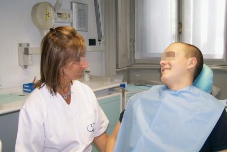 7. Colloquio con il paziente e raccolta dell'anamnesi: l'operatore è seduto alla stessa altezza del paziente e infonde tranquillità e fiducia.