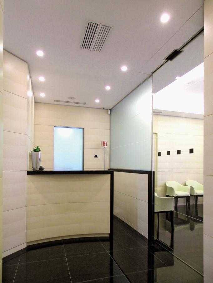 Una realizzazione equilibrata dm il dentista moderno - Mobili studio medico ...