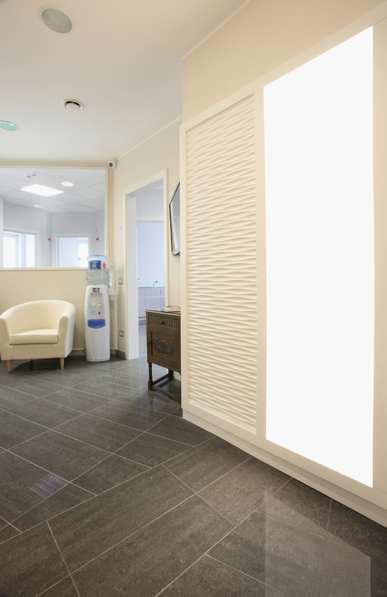 Studio dentistico come scegliere il pavimento giusto dm for Arredamento studio odontoiatrico