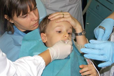 3. Il paziente sta In braccio alla mamma e viene monitorata la Fc e la saturimetria.