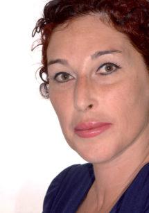 """Caso 2 4a-4b. La paziente fotografata dopo il trattamento con alcuni accorgimenti che valorizzano il risultato ottenuto (fotografia """"fashion"""")"""