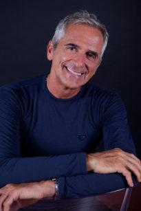 Domenico Massironi, medico chirurgo, specialista in odontostomatologia, pioniere sin dal 1988 nell'utilizzo del microscopio operatorio nell'ambito della protesi estetica e autore di diversi libri dedicati alla precisione e all'estetica dentale.